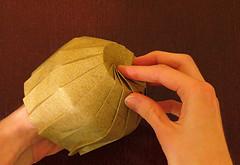 Mãos construindo um origami.